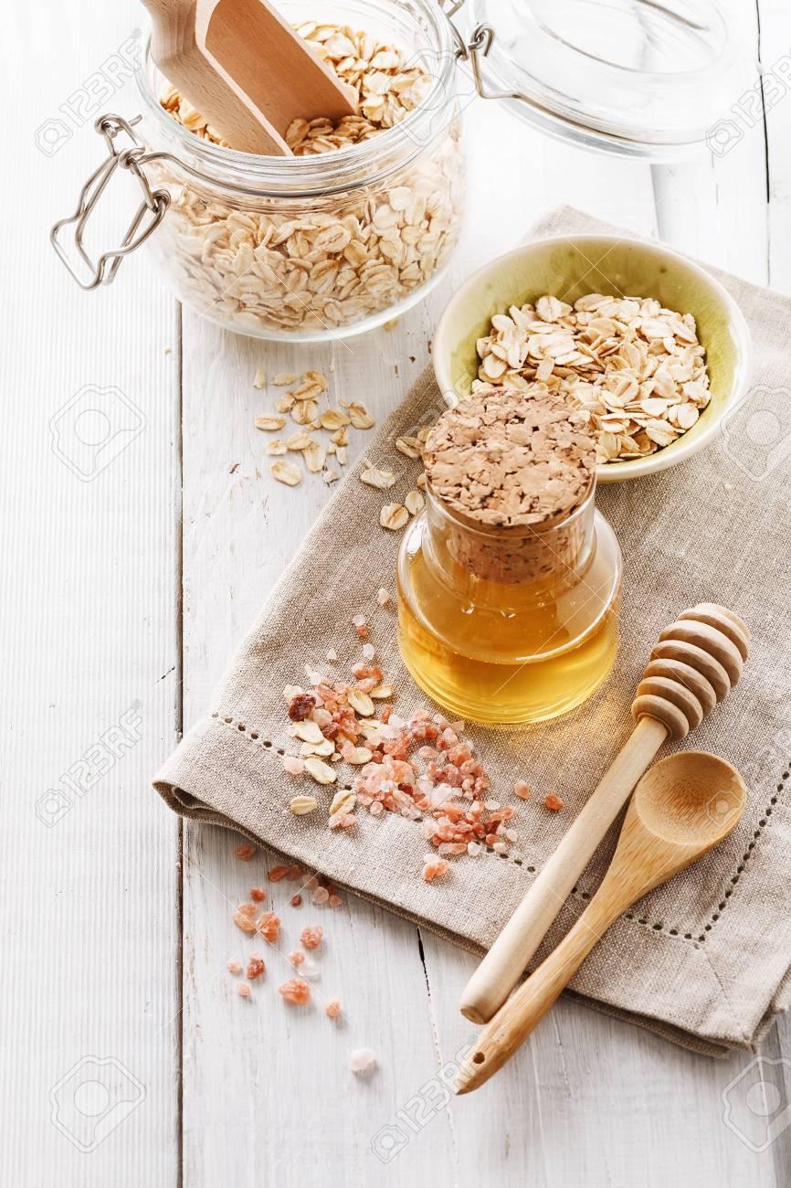 Ingredients Pour Gommage Maison Au Miel Avoine Et Sel De L Himalaya Sur Fond En Bois Blanc Banque D Images Et Photos Libres De Droits Image 52913498