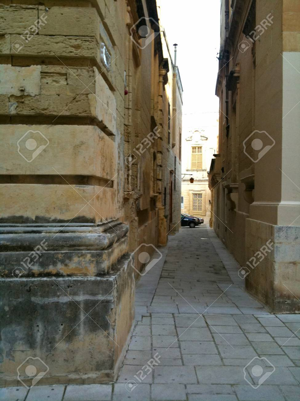 Narrow walkway in the cities of Malta - 34392741