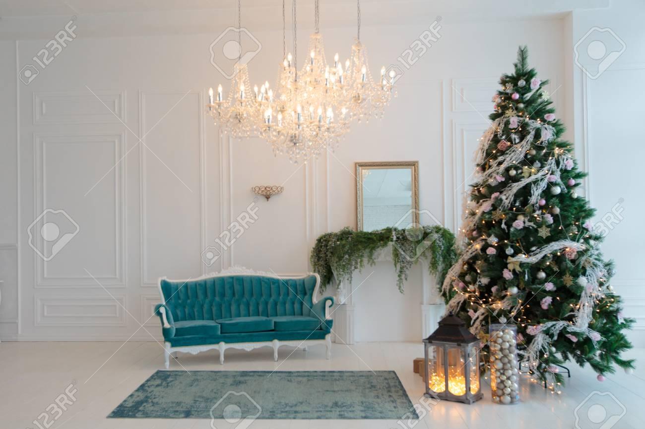 Grüner Weihnachtsbaum Mit Einem Rosa Dekor . Türkis Couch Im Schlafzimmer  Dekoriert Für Weihnachten . Hintergrund