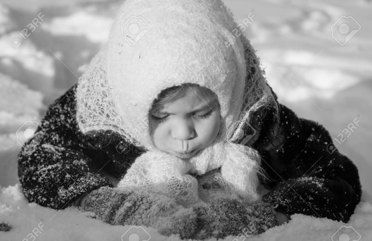 Ragazza Nella Neve In Bianco E Nero Sovietica Retrò Foto Foto