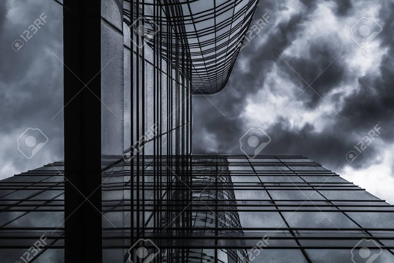 Hauteur Ciel De Pluie bâtiment de verre de grande hauteur sous une forte ciel de nuage de pluie