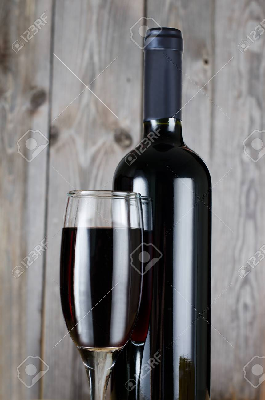 The red wine glass against wooden boards Stock Photo - 11313862