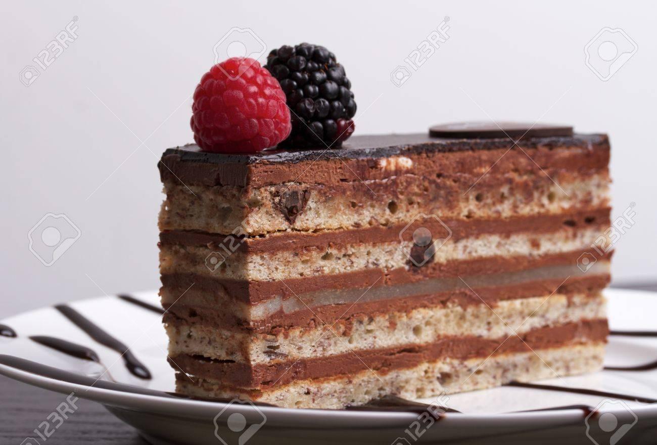 Ein Stuck Schokolade Kuchen Mit Himbeeren Und Blackberry Auf Einem
