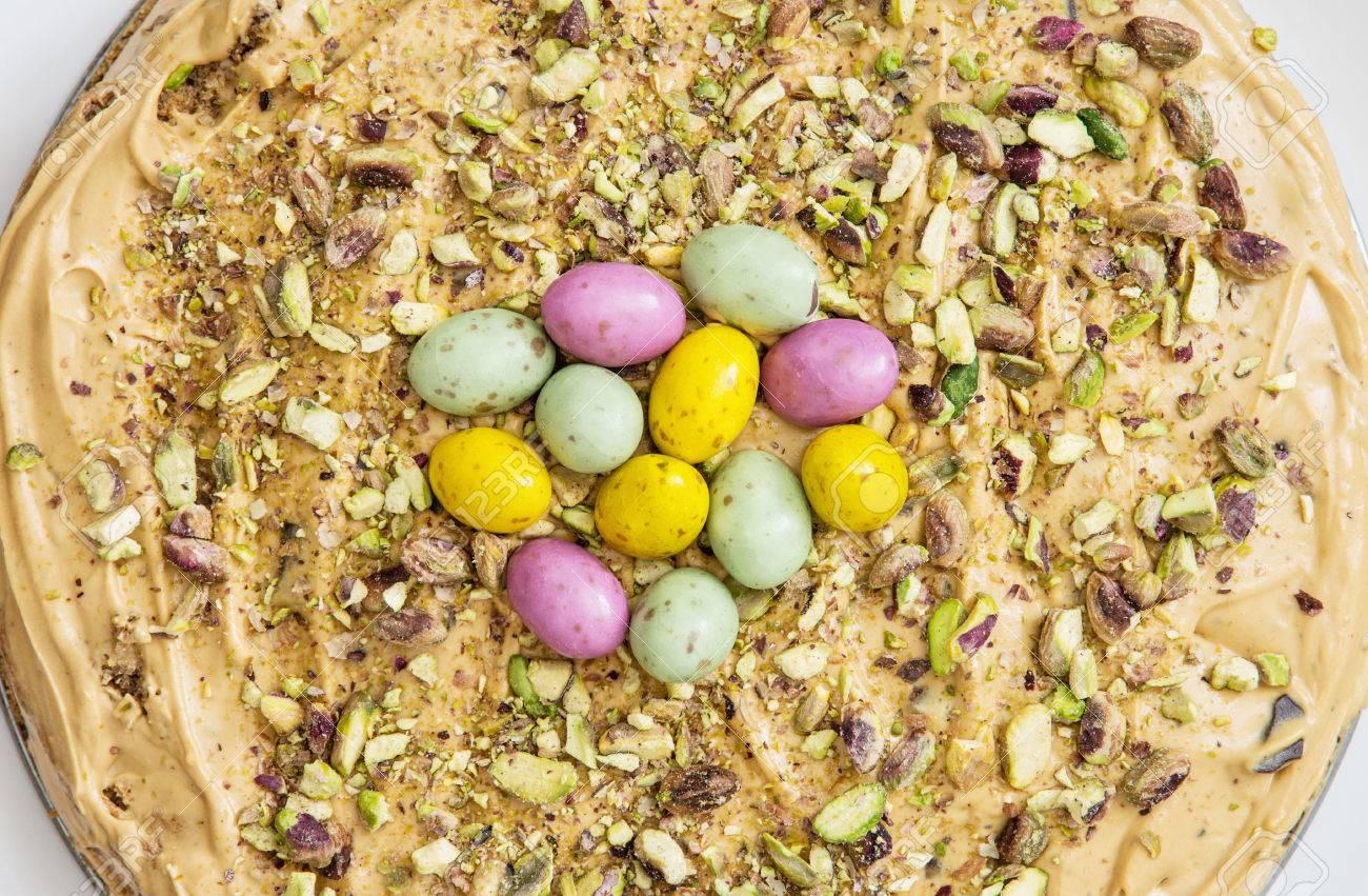 Leckeren Kuchen Mit Karamell Creme Pistazien Und Bunte Smarties