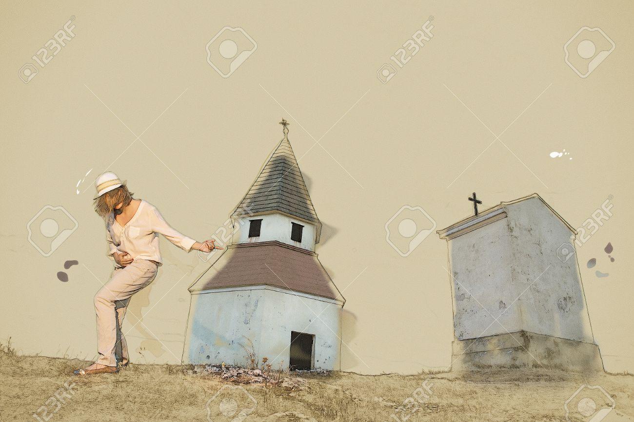 Junge Kaukasische Frau, Imitiert Von Der Kirche Auf Dem Hügel ...