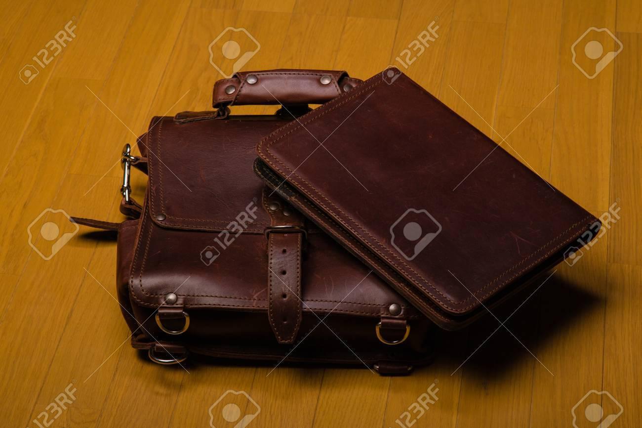Fußboden Aus Leder ~ Brown abgenutzten leder aktenkoffer und portfoilia auf einem