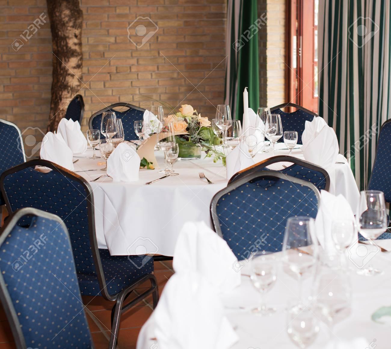 Tischdekoration In Einem Restaurant Fur Eine Hochzeit Lizenzfreie