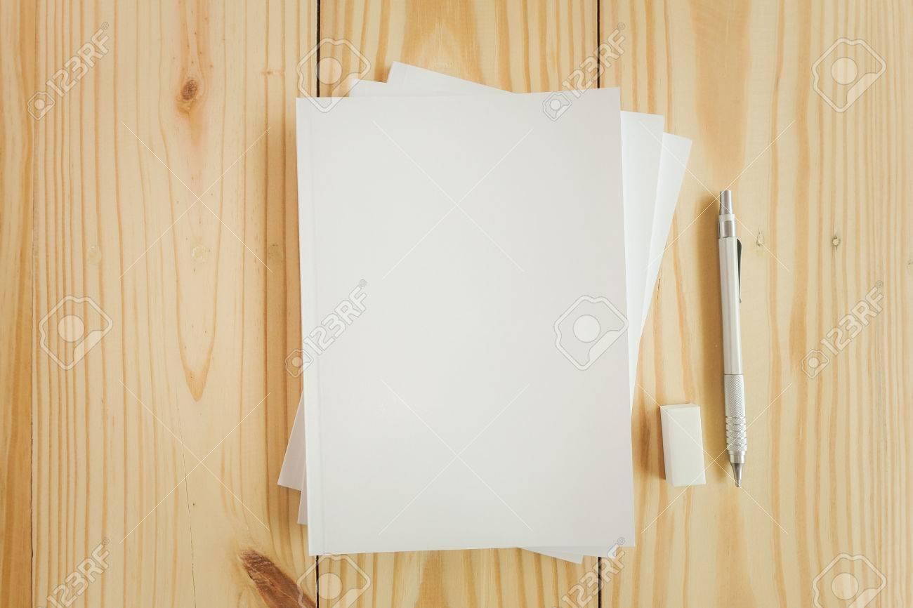 Photo Vierge Couverture Du Livre Sur Fond Texture Bois