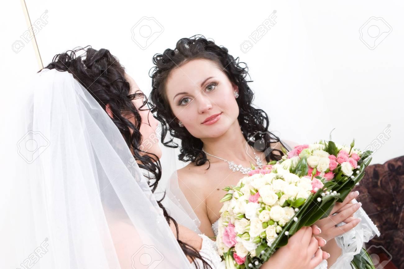 Immagini Stock Una Bella Sposa Con Il Mazzo Di Fiori In Cerca Lo