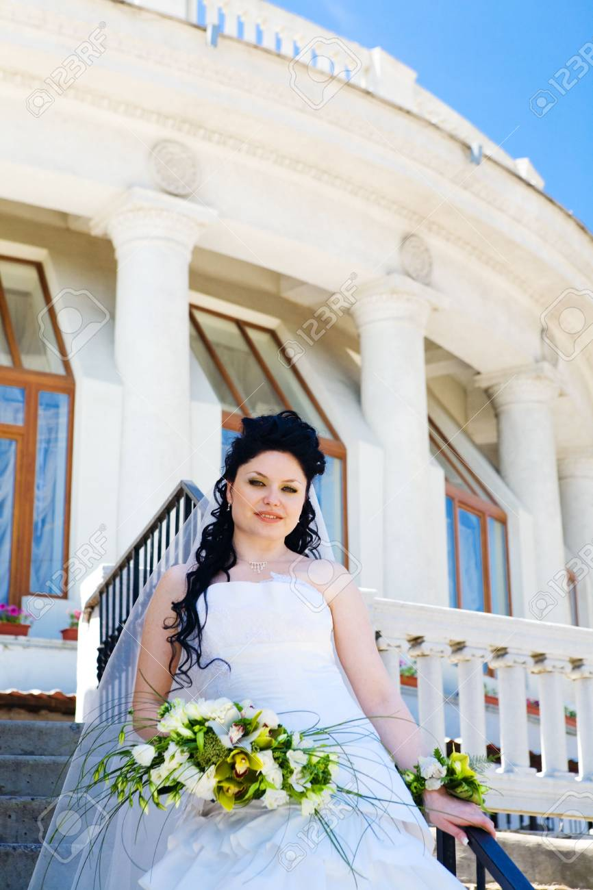 bride near the house with columns Stock Photo - 5852512
