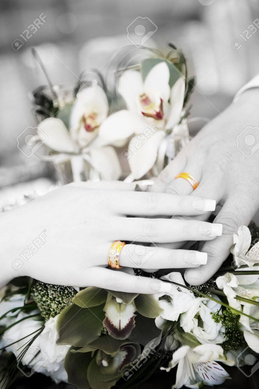 Bouquet Sposa Nero.Immagini Stock Mano Di Sposo E Mano Della Sposa Con Anelli Di Nozze Sul Bouquet Di Fiori In Bianco E Nero Image 7055200