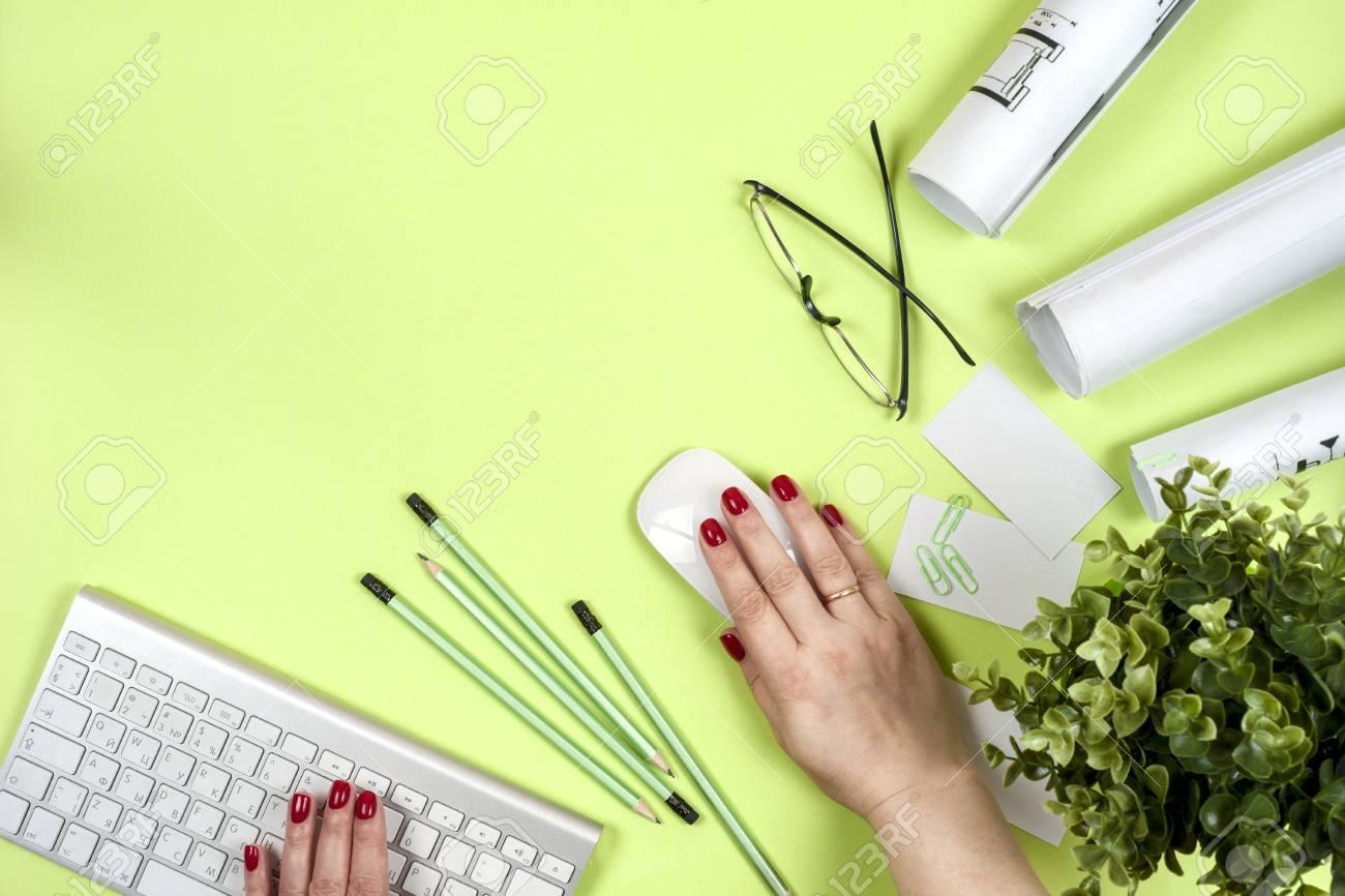 L architecte travaille sur le plan bureau d architectes projet