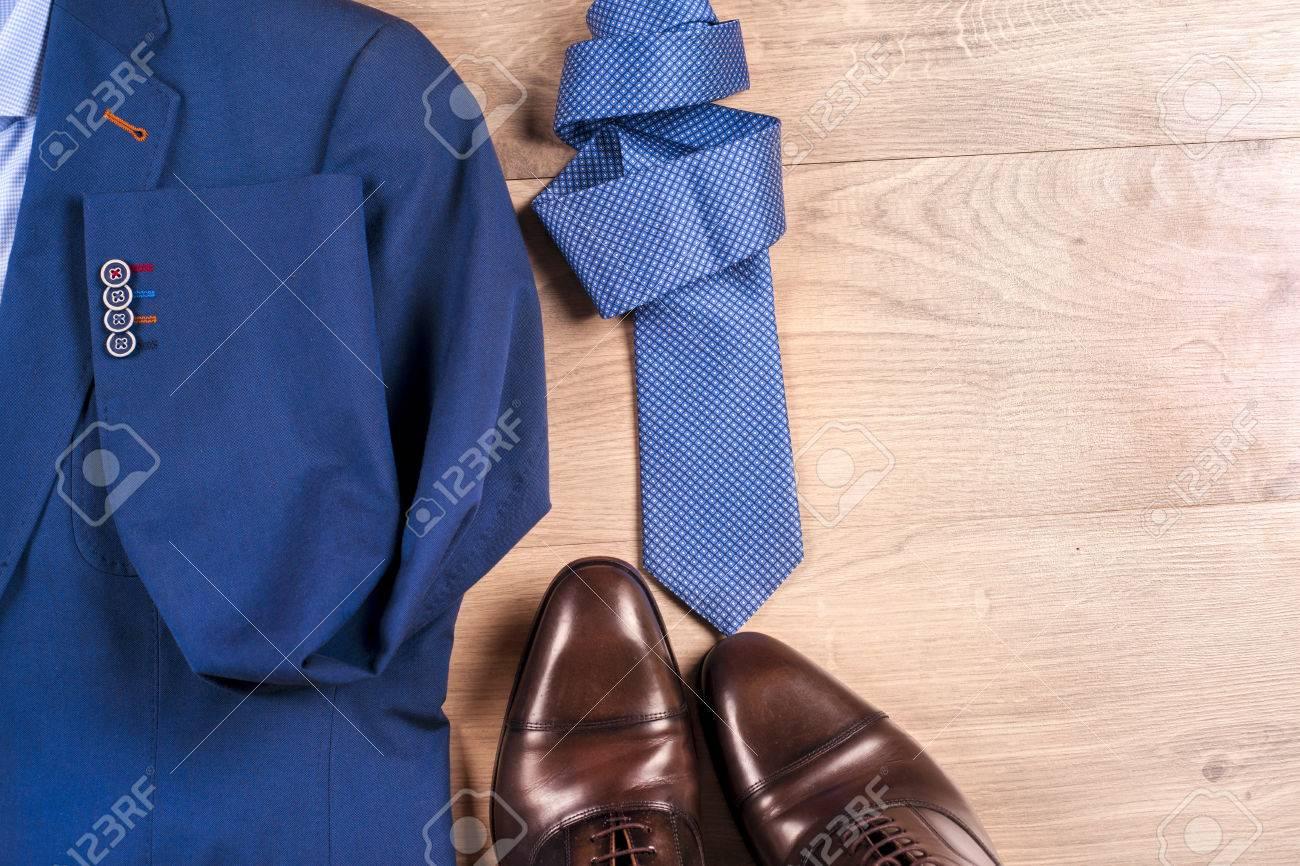 Satz Klassische Menskleidung Blauer Anzug Hemden Braune Schuhe