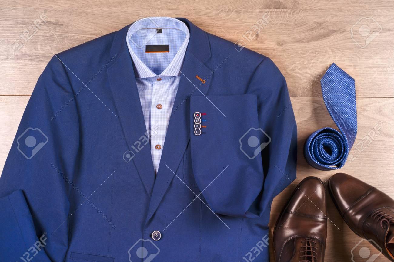 2a1b06ce Conjunto de ropa para hombre clásica - traje azul, camisas, zapatos  marrones, cinturón
