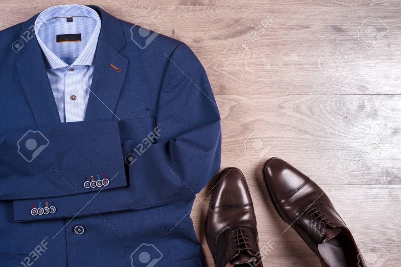 df4175d2865 Conjunto de ropa para hombre clásica - traje azul, camisas, zapatos  marrones, cinturón