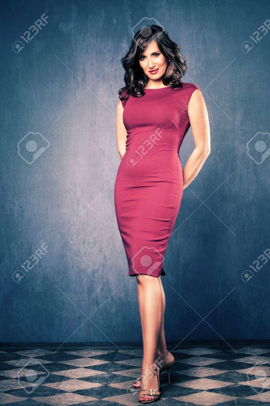 Elegante, Reife Frau In Roten Engen Kleid, Ganzkörperfoto, Raum Mit ...