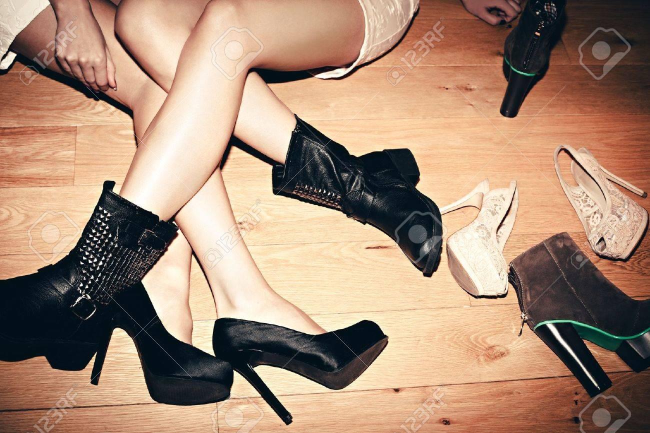 urban girls with their shoes indoor shot Standard-Bild - 17171034