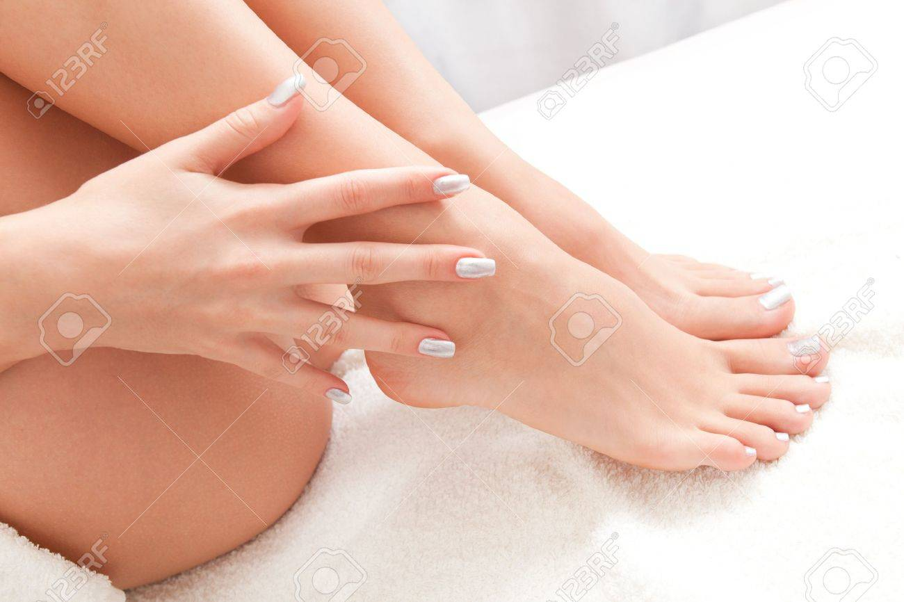 smooth woman legs and hand well cared close up Standard-Bild - 20887024