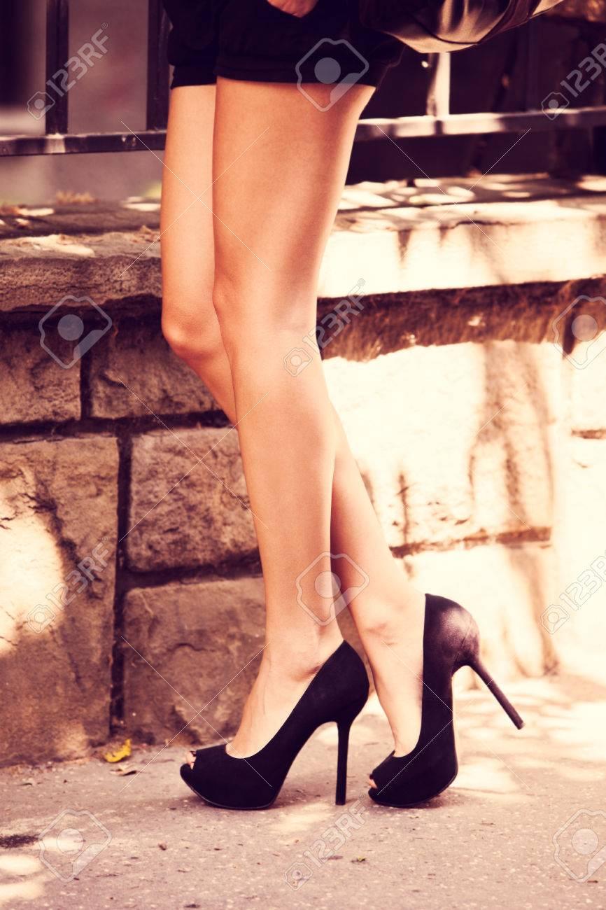7df87c583 Jambes de la femme dans les chaussures à talons hauts tir en plein air