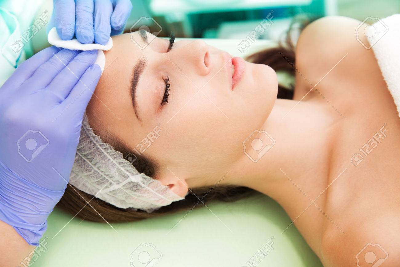 woman at facial cosmetics treatment Standard-Bild - 28918237