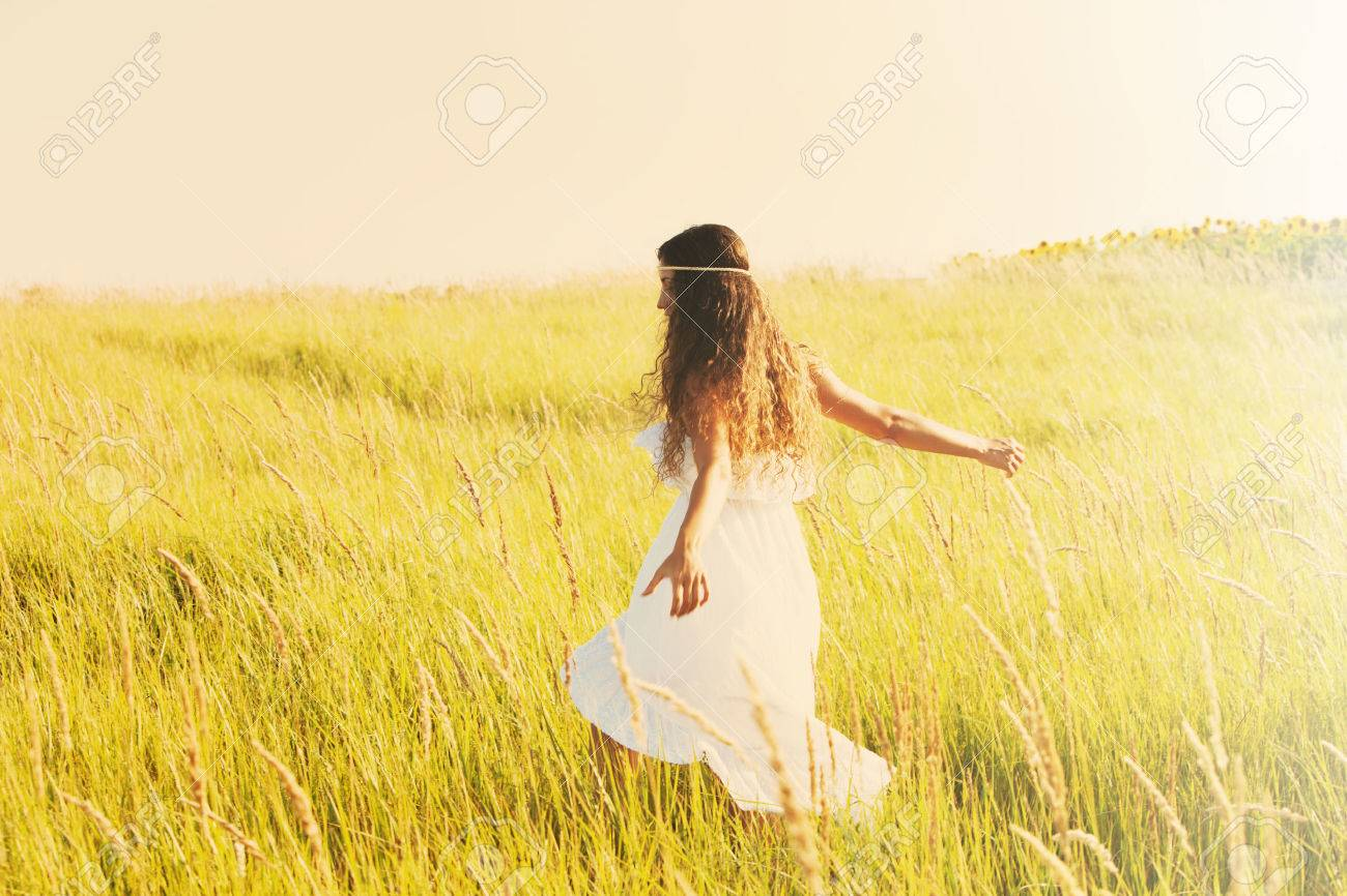 happy smiling woman in boho style clothes run  through the field, sunny summer day, retro colors Standard-Bild - 30148324