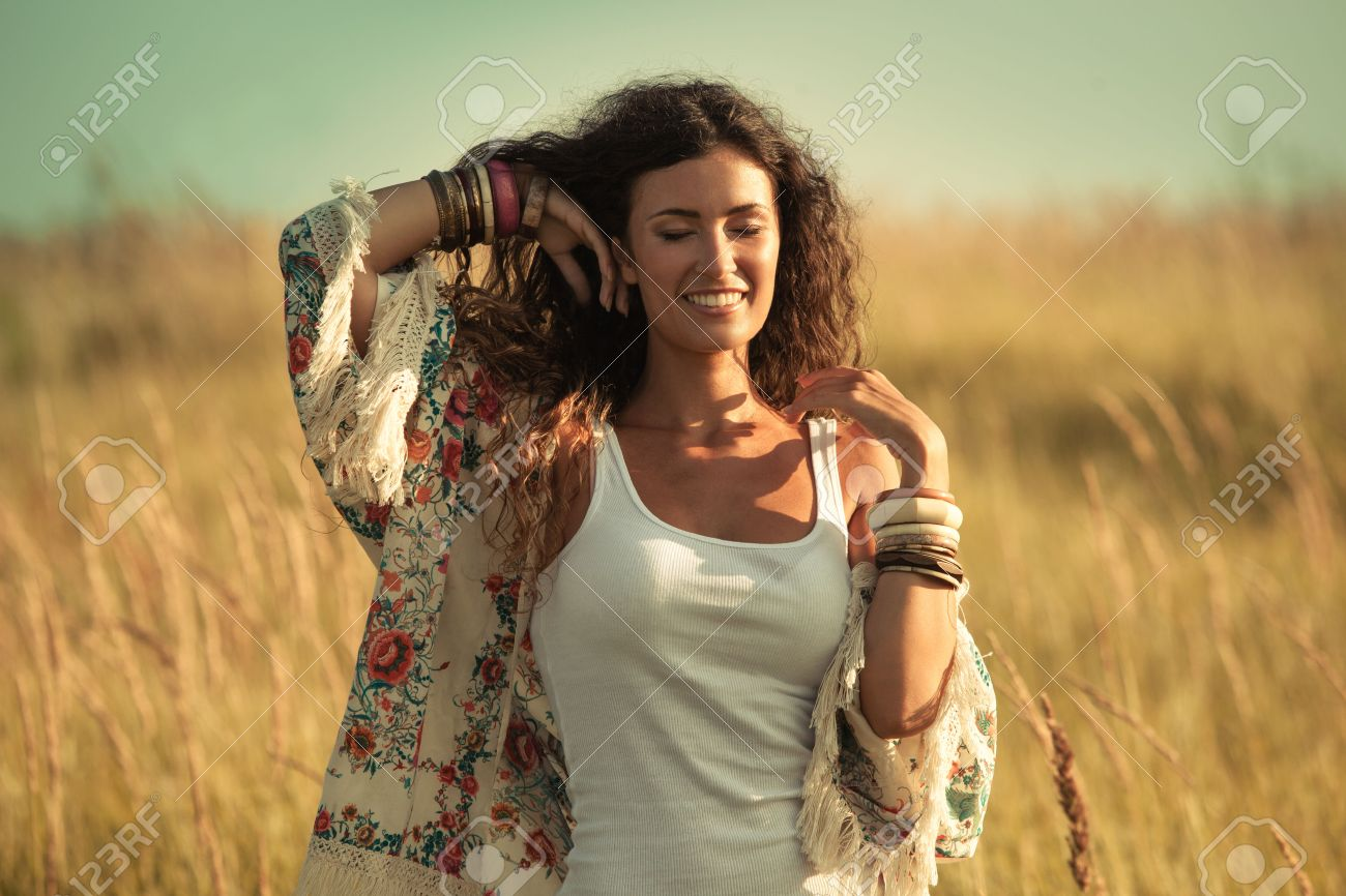 mujer joven y sonriente vistiendo ropa de estilo boho disfrutar de da de verano en el