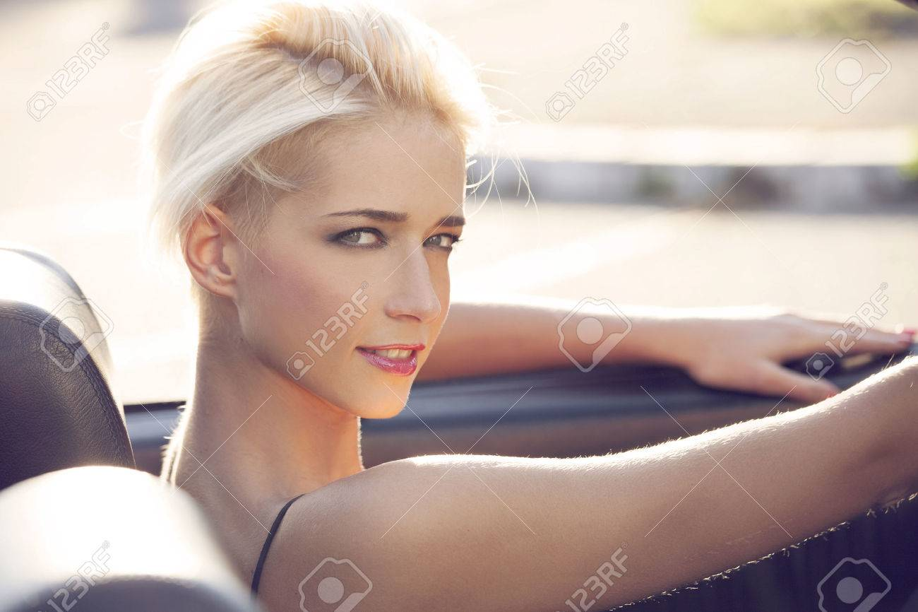 Young blond Woman im Auto Standard-Bild - 35304635