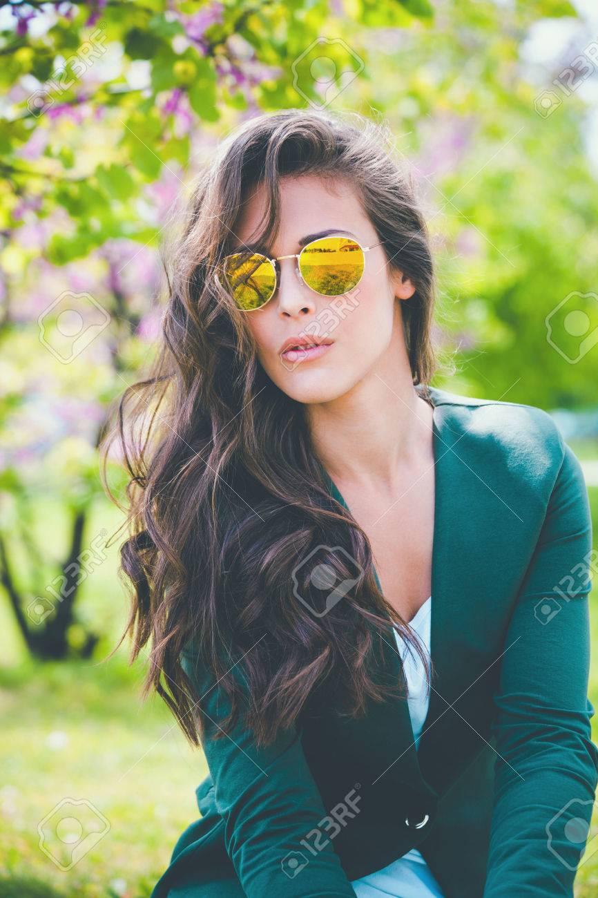 nuovo concetto c9c6d c65fc Ragazza di città con occhiali da sole nel parco, retro colori