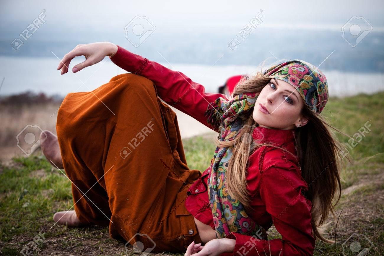 ceb69bfd8a7 Banque d images - Jeune blonde fashion girl mensonge sur le dessus de la  colline écharpe portant