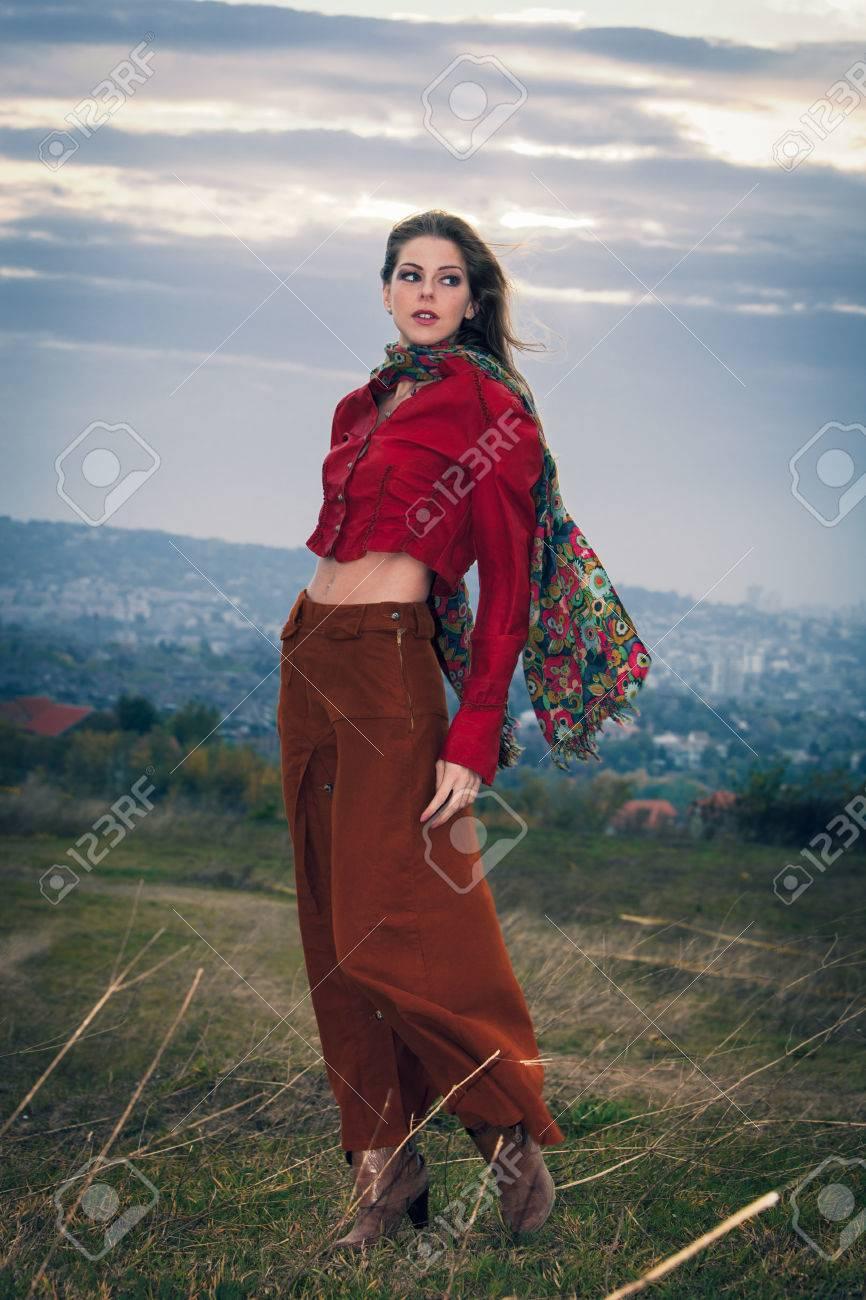 122b381397b Banque d images - Jeune fille blonde de mode écharpe portant