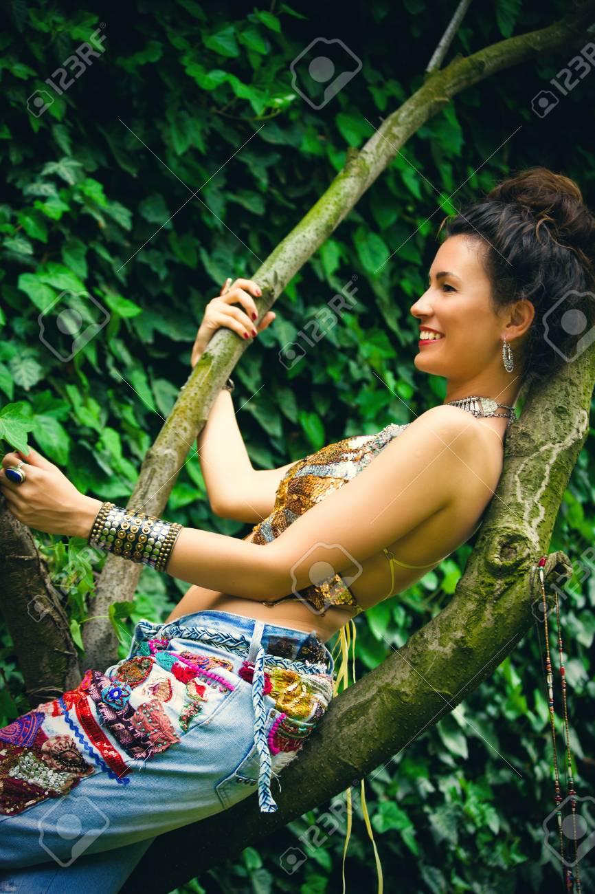 Mujer Joven Con Sentarse Sonriente Mono En La Rama De Arbol En La Ropa Del Estilo Boho Pantalones Vaqueros Del Bordado De Color Azul Y La Tapa De Oro Fotos Retratos Imagenes