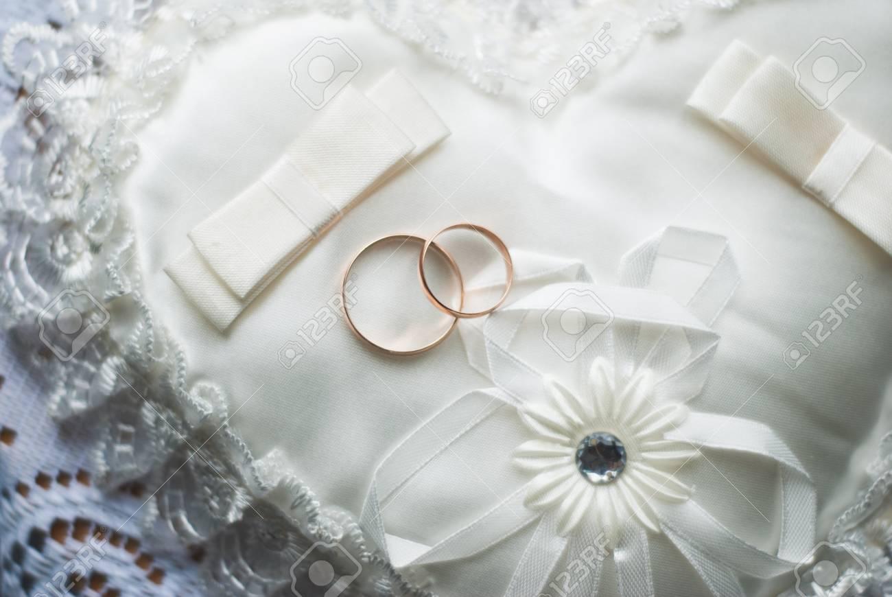 Goldene Hochzeit Ringe Auf Weissen Kissen Ein Lizenzfreie Fotos