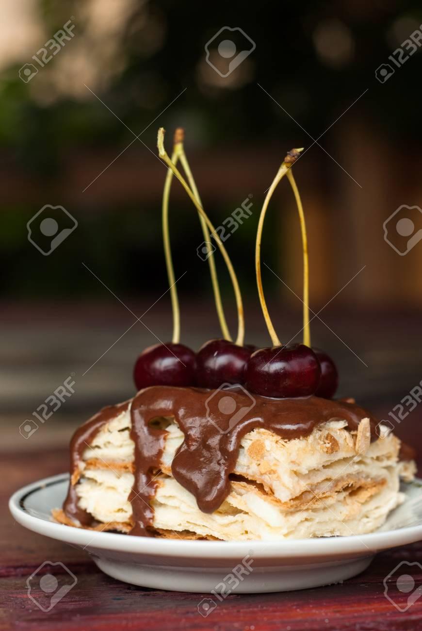 Morceau De Gateau Avec Glacage Au Chocolat Et Aux Cerises La Pate