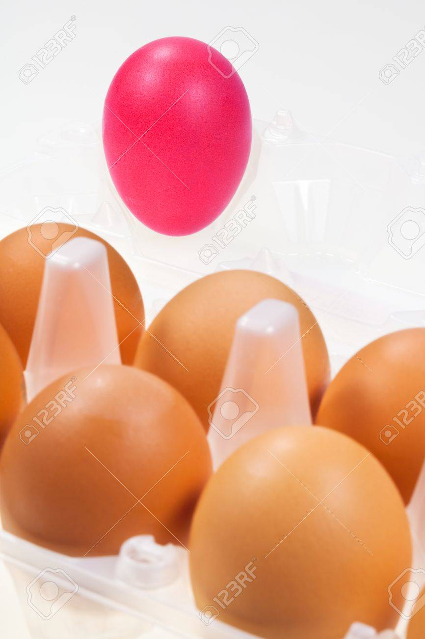 one separate pink hen's egg against several brown eggs Stock Photo - 15317399