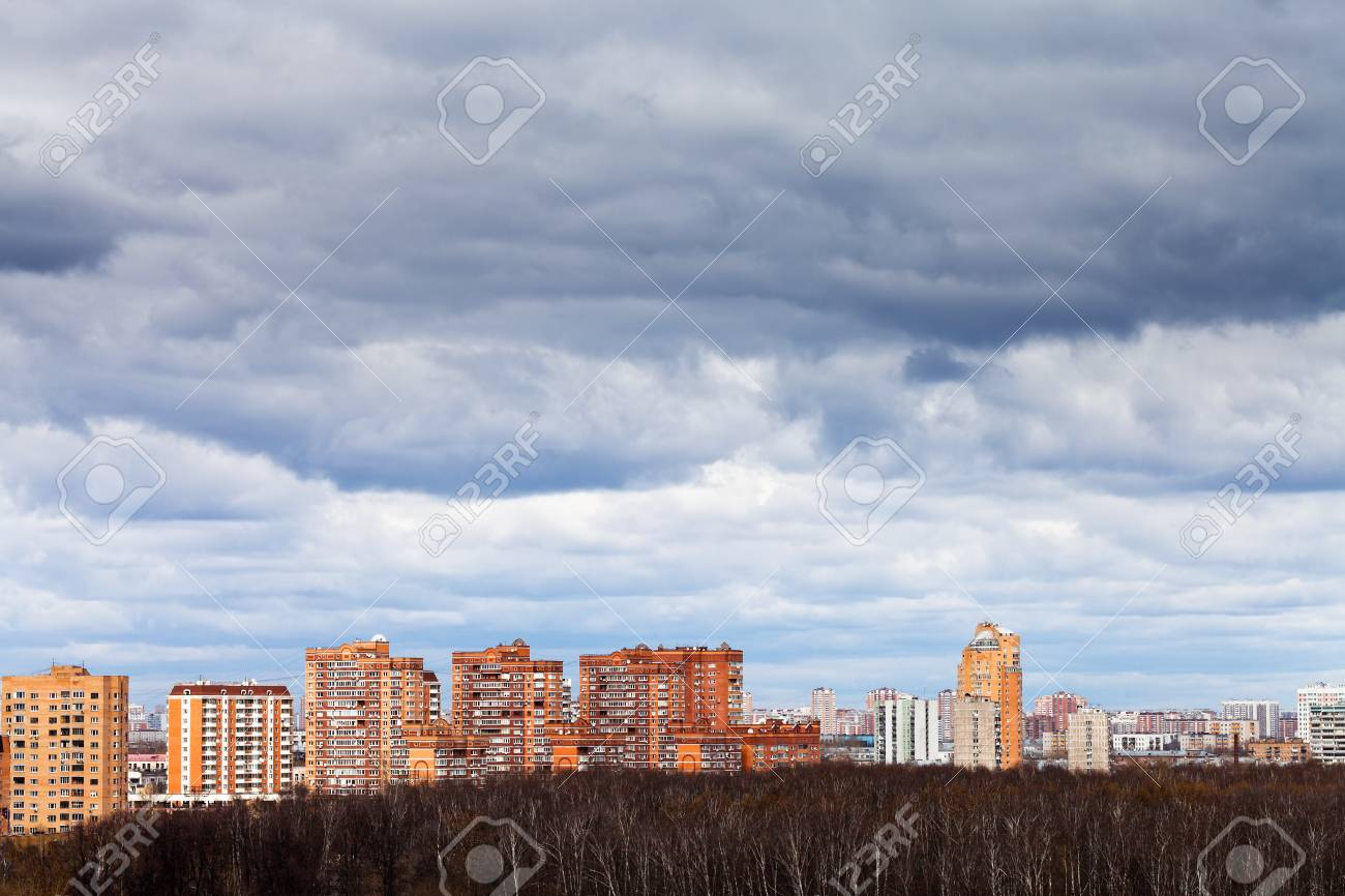 Foto Case Grigie : Basse nuvole piovose grigie sotto le case urbane in primavera foto