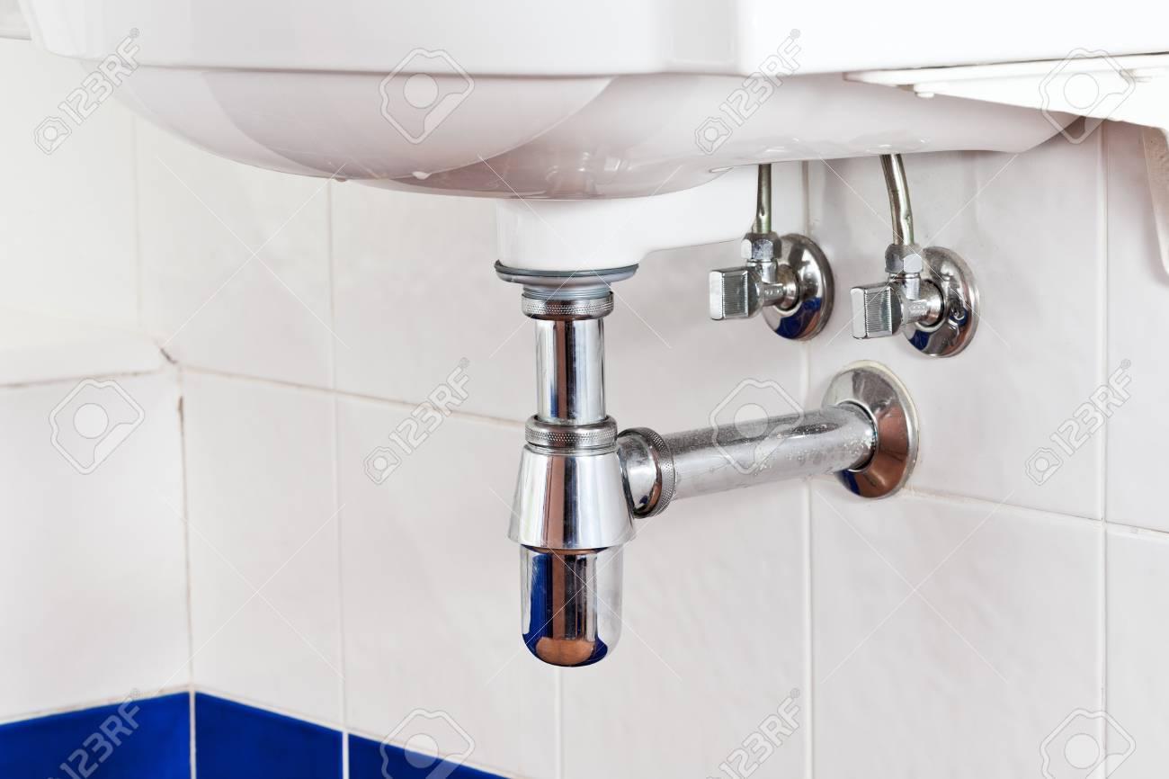 Metall-Waschbecken-Siphon Und Abfluss In Weißes Badezimmer ...