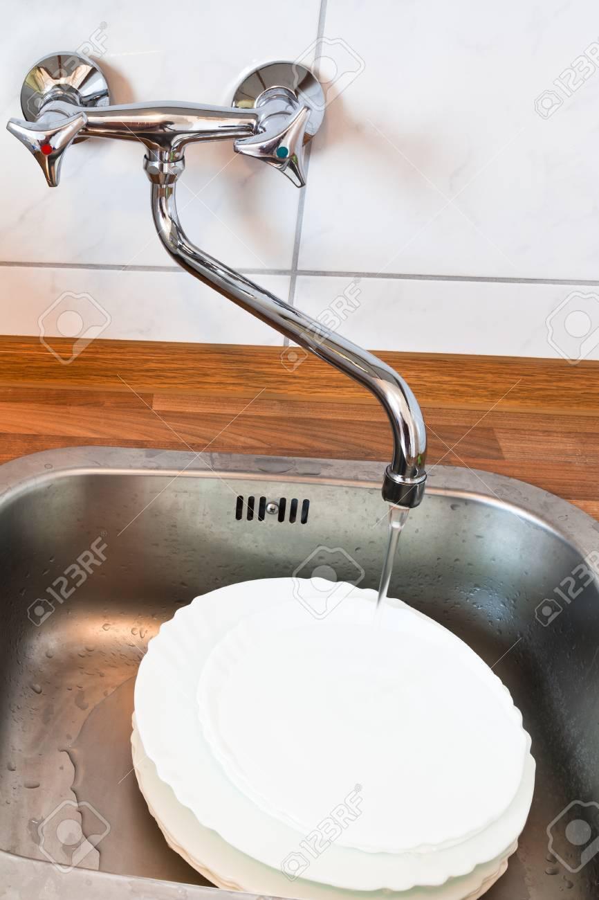 Waschmittel In Metall Waschbecken In Der Küche Lizenzfreie Fotos ...