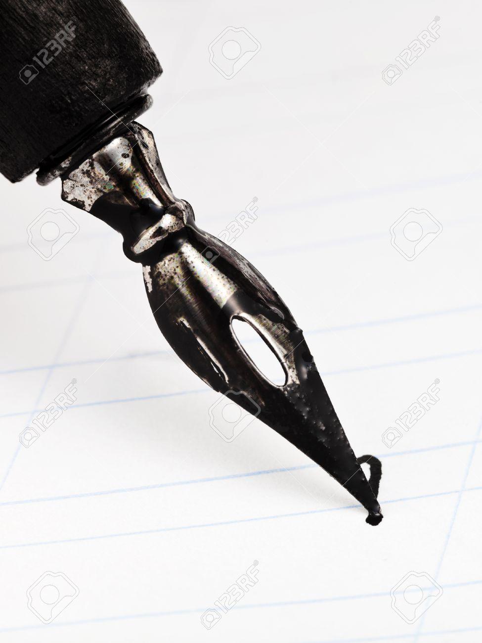 Lettre I Avec Point Plume En Métal De Dessin Stylo à L Encre Noir De Près