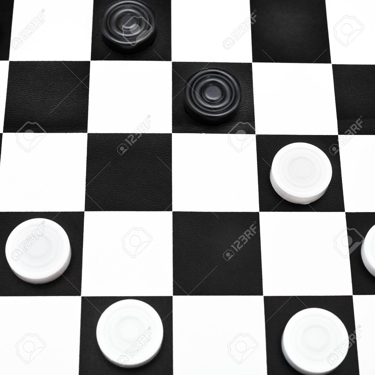 Position De Jeu Sur Planche à Dessin à Carreaux Noir Et Blanc