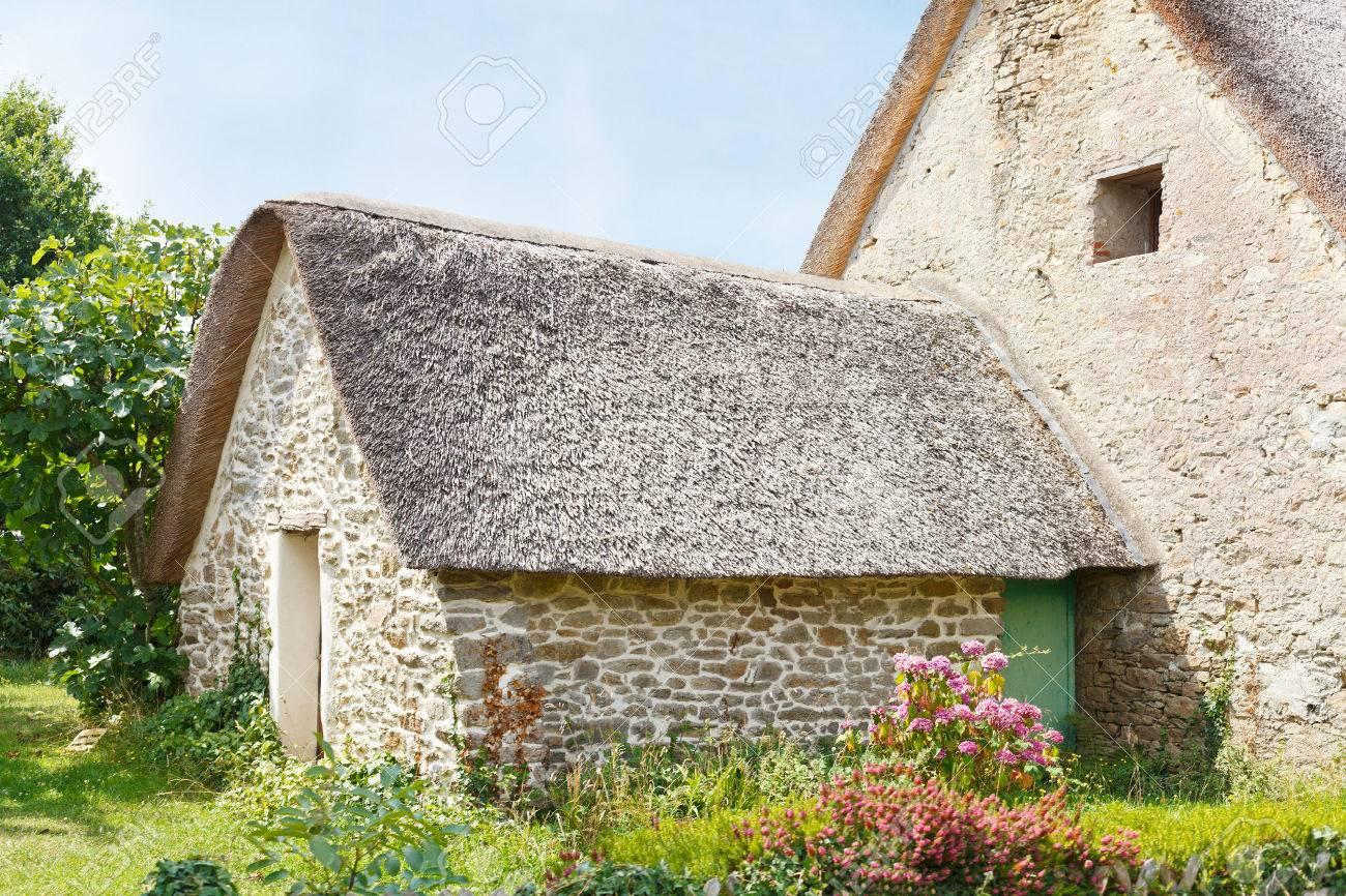 Case Di Campagna Francesi Rivista : Immagini stock vecchia casa di campagna nel villaggio bretone de