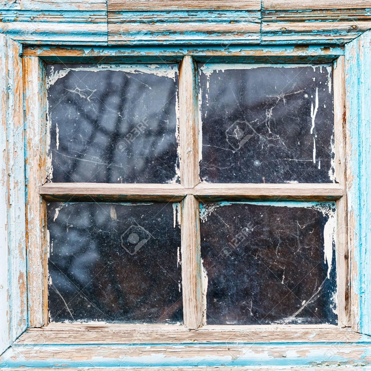 Ancien Cadre De Fenêtre En Bois Minable Avec Des Lunettes Sales