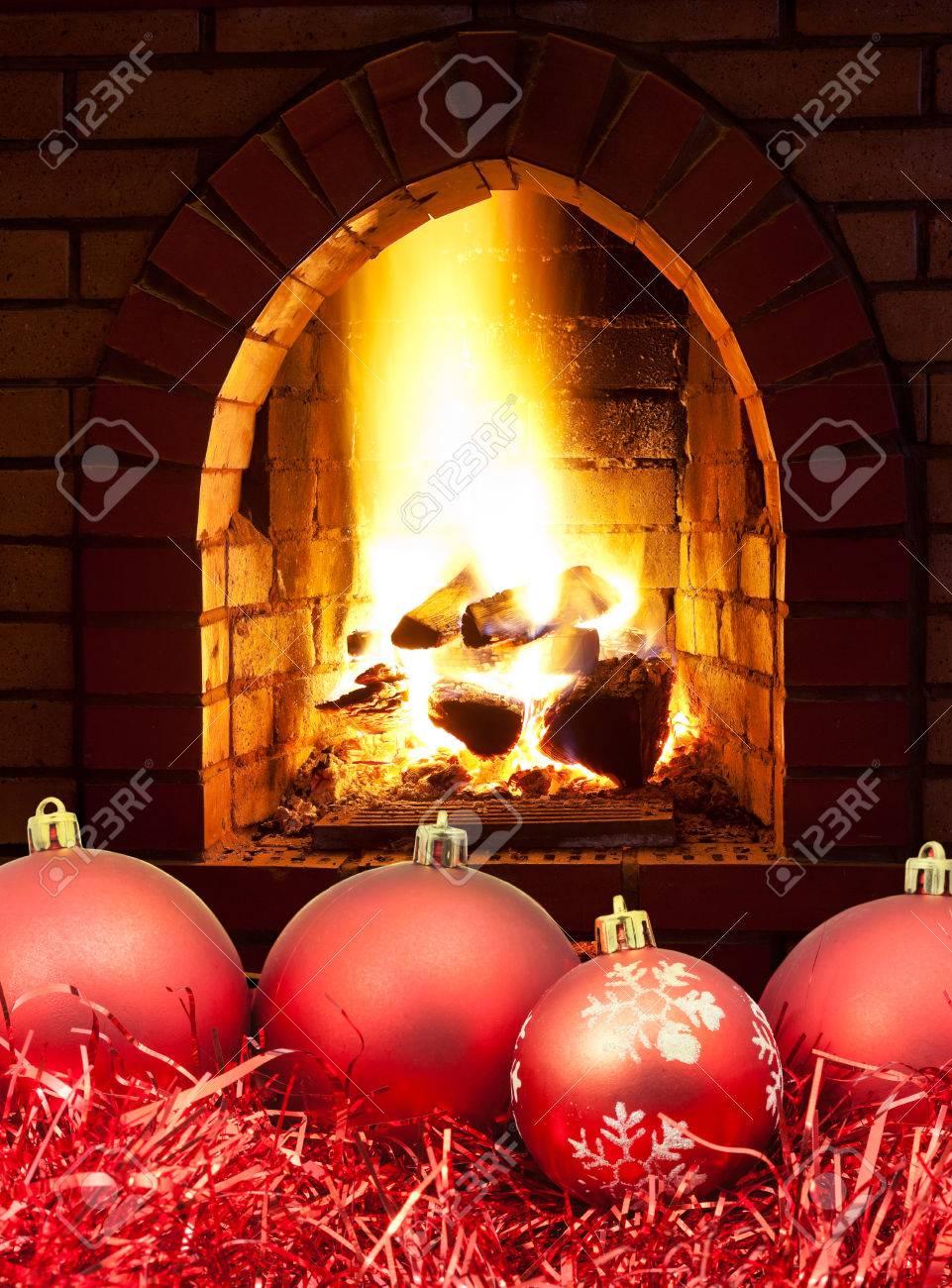 Boules De Noël Rouges Et Guirlandes Avec Feu Ouvert Dans La Cheminée
