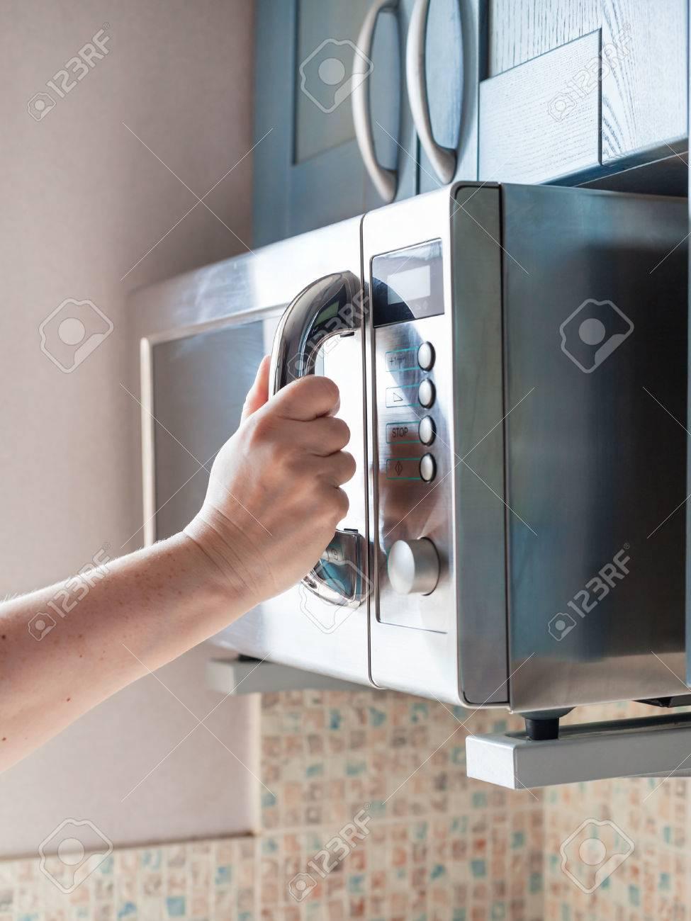 Ustensile De Cuisine Pour Réchauffer main ferme la porte du four micro-ondes pour réchauffer les aliments