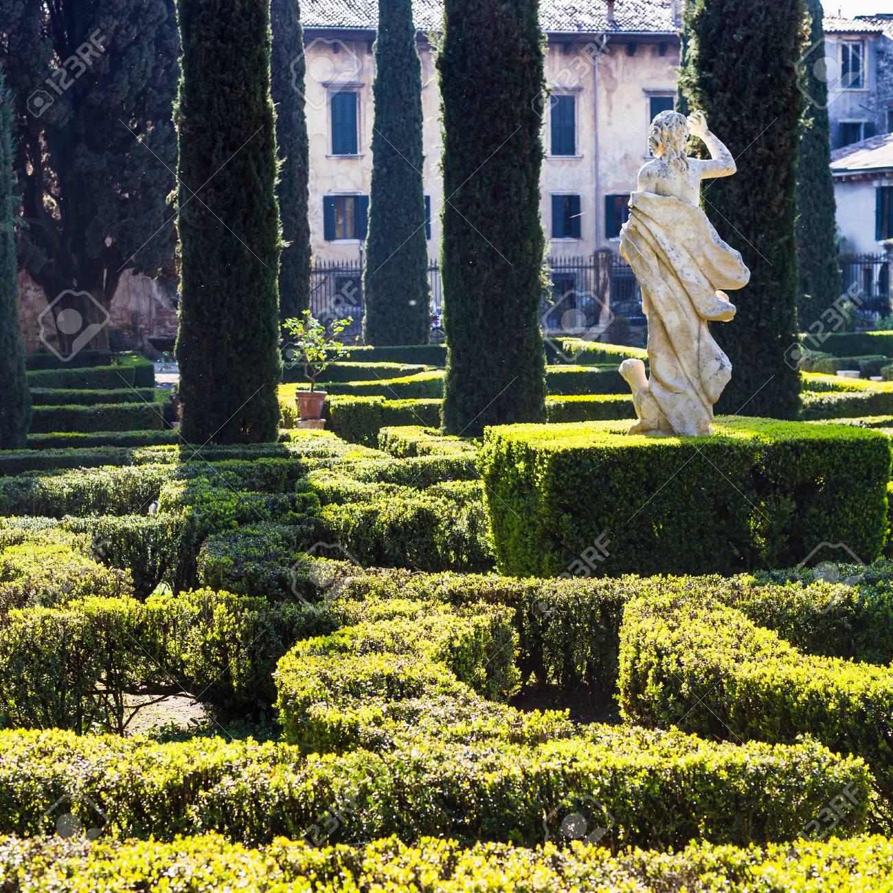 Architetto Di Giardini verona, italia - 27 marzo 2017 - architettura del paesaggio del giardino di  giusti nella città di verona in primavera. il giardino giusti è il