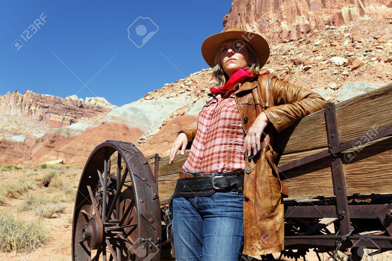 http://previews.123rf.com/images/vwalakte/vwalakte1211/vwalakte121100004/16061680-portrait-of-a-blond-young-woman-wearing-a-cowboy-hat-Stock-Photo.jpg