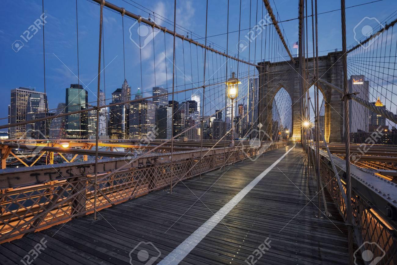 Pont de Brooklyn au lever du soleil, à New York. Banque d'images - 44890139