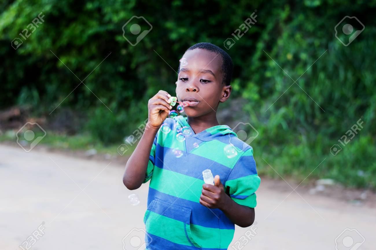 Boy is having fun blowing bubbles. Banque d'images - 87422685