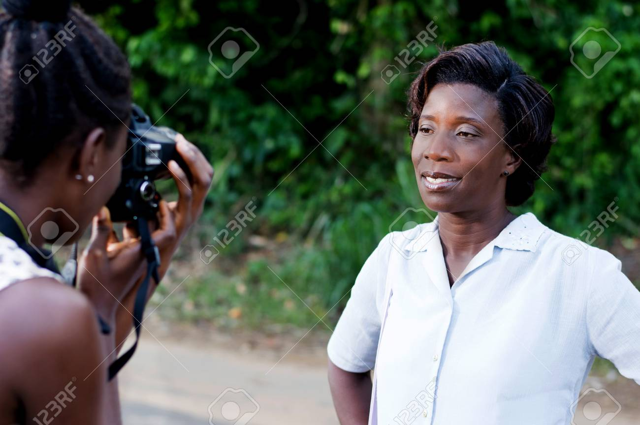 young woman taking a photo with his girlfriend outside in the forest Banque d'images - 87422688