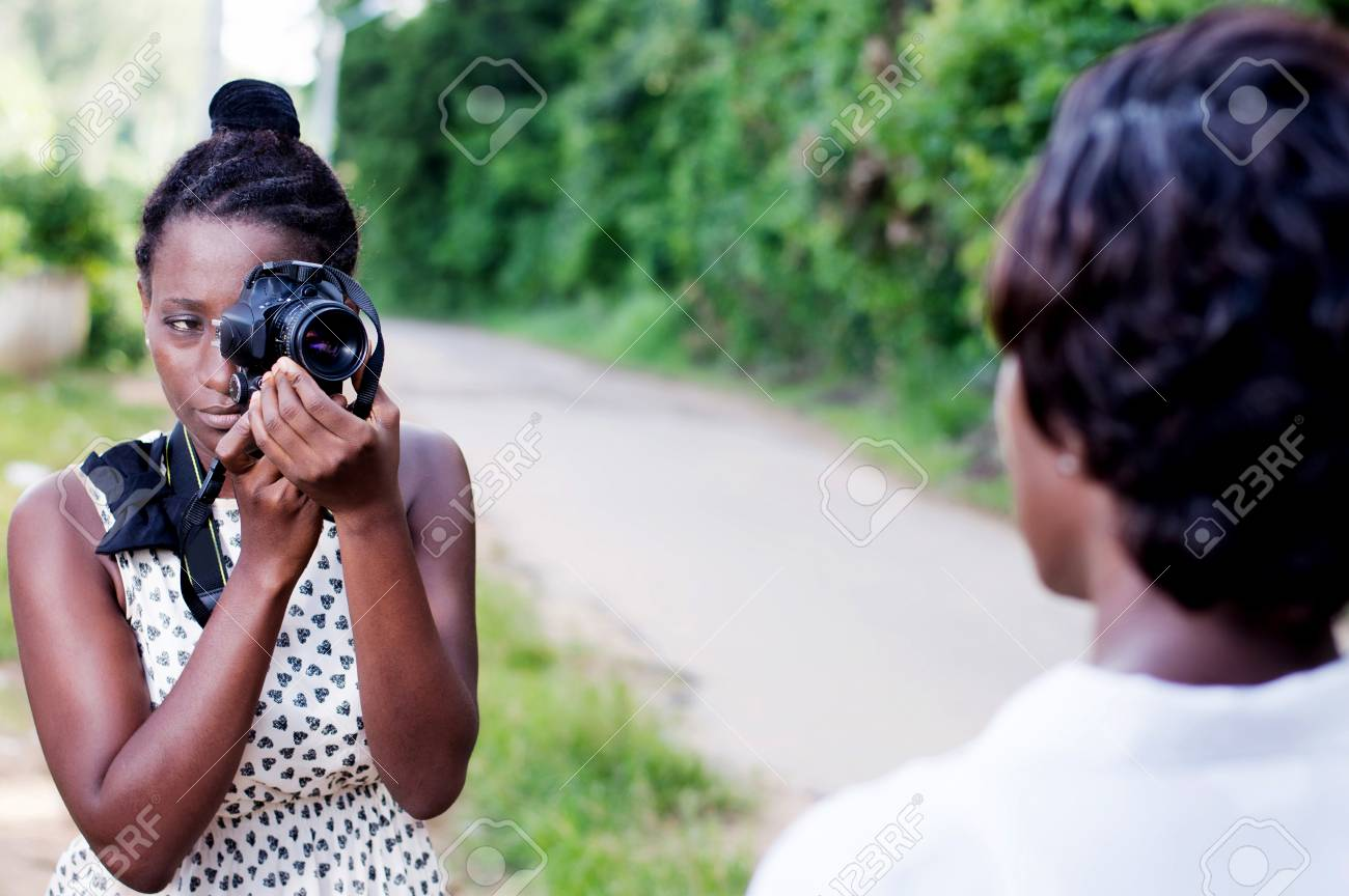 young woman taking a photo with his girlfriend outside in the forest Banque d'images - 87422689