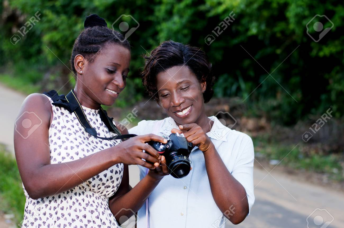 Young photographer showing her girlfriend Banque d'images - 87492720